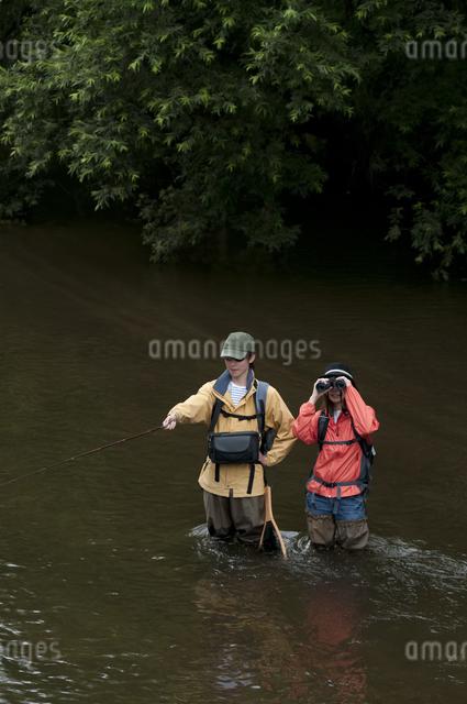釣りをするカップルの写真素材 [FYI04554803]