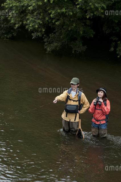 釣りをするカップルの写真素材 [FYI04554804]