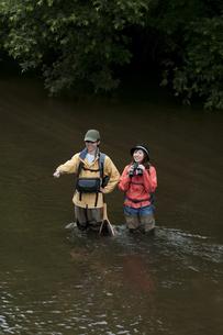 釣りをするカップルの写真素材 [FYI04554805]