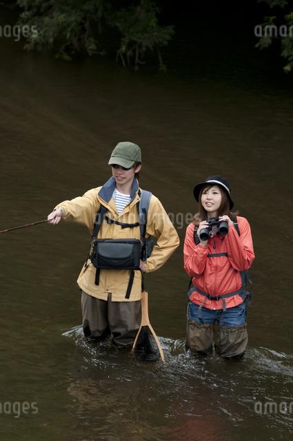 釣りをするカップルの写真素材 [FYI04554806]