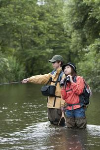釣りをするカップルの写真素材 [FYI04554807]