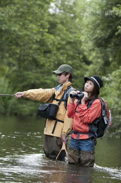 釣りをするカップルの写真素材 [FYI04554808]