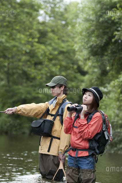 釣りをするカップルの写真素材 [FYI04554809]