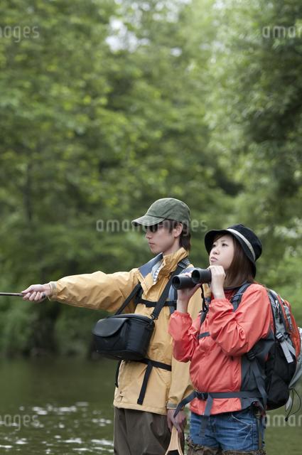 釣りをするカップルの写真素材 [FYI04554810]