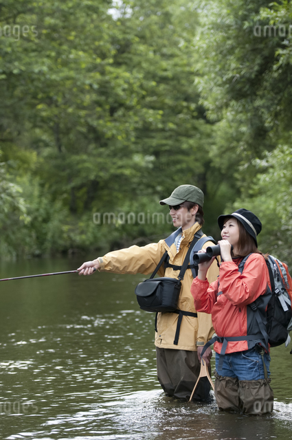 釣りをするカップルの写真素材 [FYI04554811]