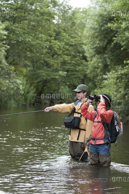釣りをするカップルの写真素材 [FYI04554812]