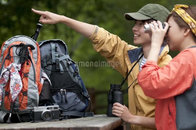 バードウォッチングをするカップルの写真素材 [FYI04554823]
