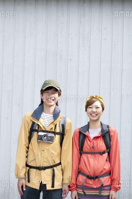 微笑むカップルの写真素材 [FYI04554834]