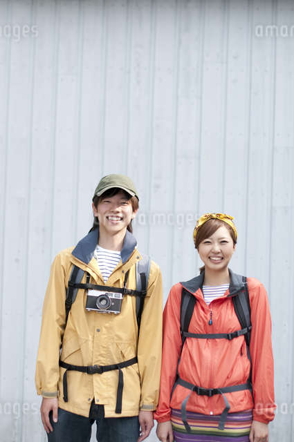 微笑むカップルの写真素材 [FYI04554835]
