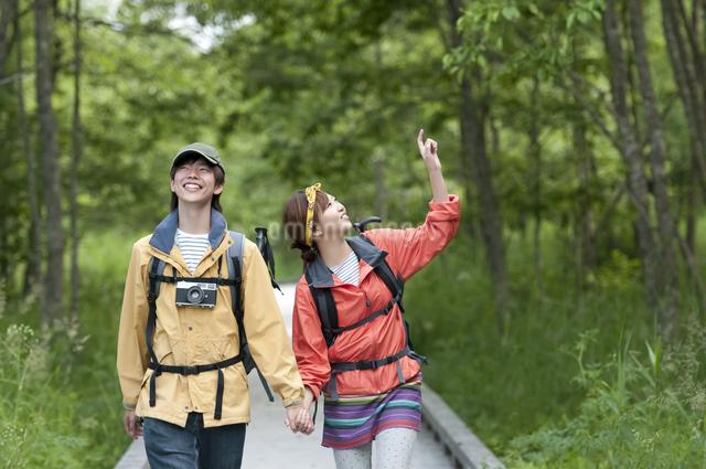 トレッキングをするカップルの写真素材 [FYI04554859]