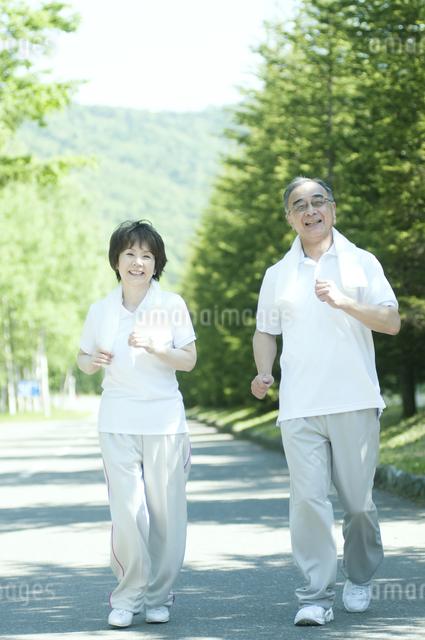 ジョギングをするシニア夫婦の写真素材 [FYI04554881]