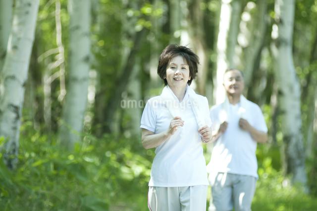 ジョギングをするシニア夫婦の写真素材 [FYI04554895]