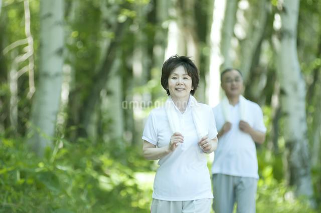 ジョギングをするシニア夫婦の写真素材 [FYI04554897]