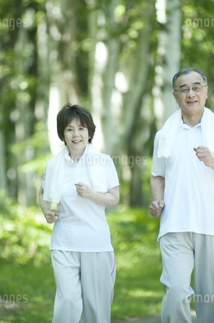 ジョギングをするシニア夫婦の写真素材 [FYI04554901]