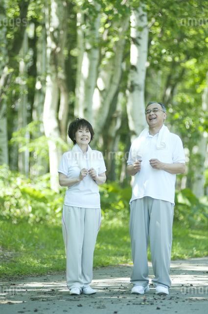 ジョギングをするシニア夫婦の写真素材 [FYI04554904]