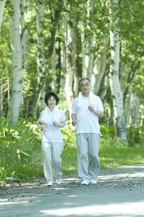 ジョギングをするシニア夫婦の写真素材 [FYI04554907]
