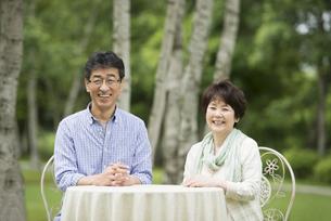 微笑むシニア夫婦の写真素材 [FYI04555054]