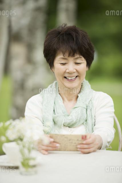 絵はがきを見るシニア女性の写真素材 [FYI04555110]