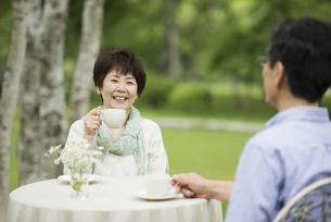 コーヒーを飲むシニア夫婦の写真素材 [FYI04555126]