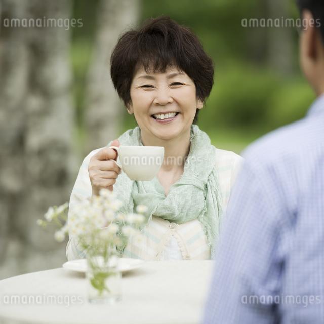 コーヒーを飲むシニア夫婦の写真素材 [FYI04555127]