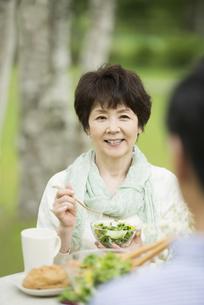 ブランチを食べるシニア夫婦の写真素材 [FYI04555134]
