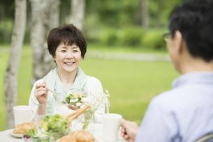 ブランチを食べるシニア夫婦の写真素材 [FYI04555151]