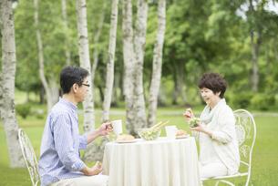 ブランチを食べるシニア夫婦の写真素材 [FYI04555154]