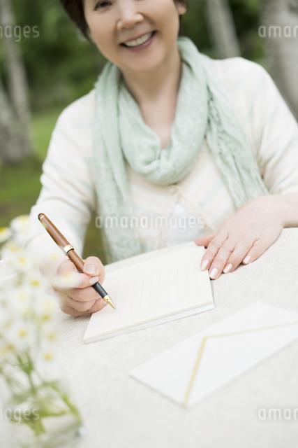 手紙を書くシニア女性の写真素材 [FYI04555201]