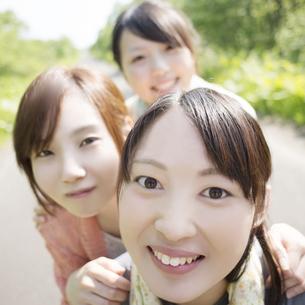微笑む大学生の写真素材 [FYI04555211]