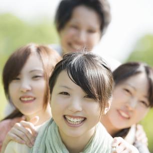 微笑む大学生の写真素材 [FYI04555214]
