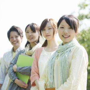微笑む大学生の写真素材 [FYI04555217]
