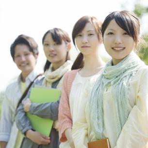 微笑む大学生の写真素材 [FYI04555219]