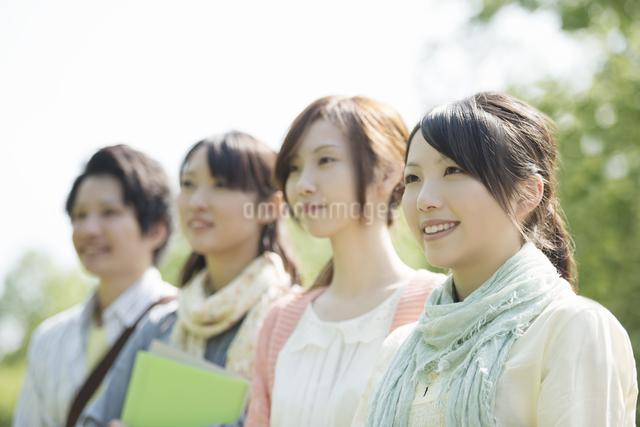 微笑む大学生の写真素材 [FYI04555220]