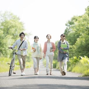 一本道を歩く大学生の写真素材 [FYI04555230]