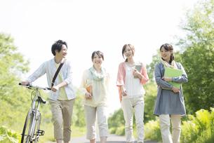 一本道を歩く大学生の写真素材 [FYI04555238]