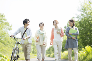 一本道を歩く大学生の写真素材 [FYI04555240]