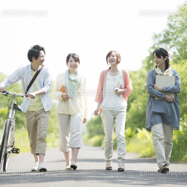 一本道を歩く大学生の写真素材 [FYI04555245]