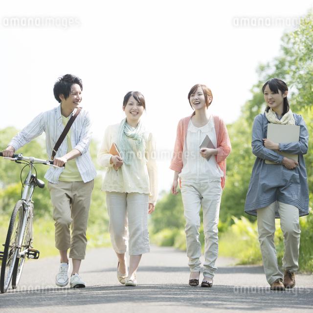 一本道を歩く大学生の写真素材 [FYI04555247]