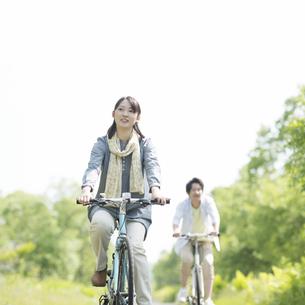 自転車に乗るカップルの写真素材 [FYI04555264]