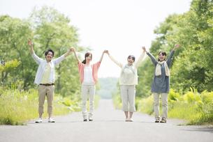 一本道で手をつなぐ大学生の写真素材 [FYI04555317]
