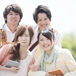 微笑む大学生の写真素材 [FYI04555330]