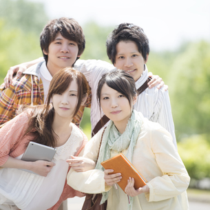 微笑む大学生の写真素材 [FYI04555332]