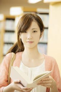 図書館で本を読む女性の写真素材 [FYI04555344]