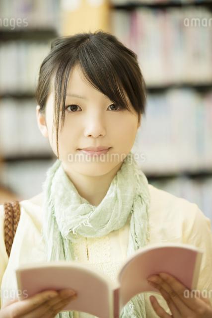 図書館で本を読む女性の写真素材 [FYI04555346]