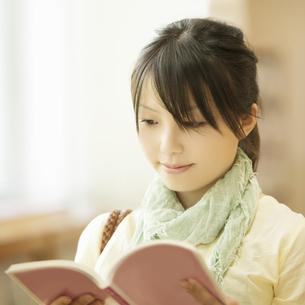 図書館で本を読む女性の写真素材 [FYI04555349]
