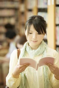 図書館で本を読む女性の写真素材 [FYI04555353]