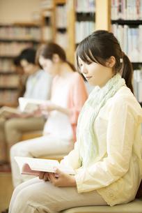 図書館で本を読む女性の写真素材 [FYI04555355]