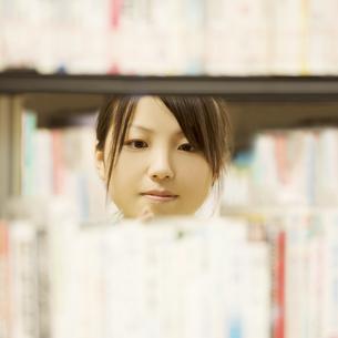 図書館で本を選ぶ女性の写真素材 [FYI04555356]