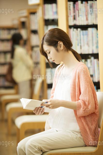 図書館で本を読む女性の写真素材 [FYI04555361]