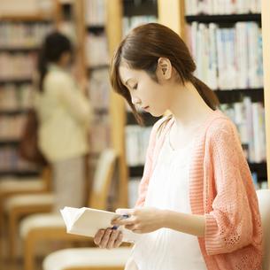 図書館で本を読む女性の写真素材 [FYI04555365]